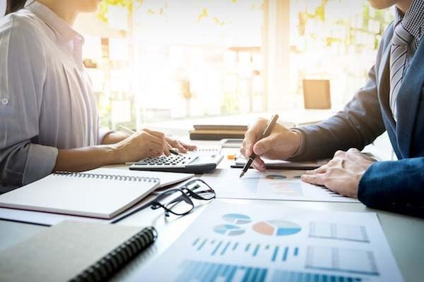 مقاله ترجمه شده ارتباط موجود میان ویژگی های کارشناسان (متخصصان) کمیته حسابرسی، کرسی و یا اعضای کمیته ی حسابرسی و بهنگام بودن گزارشگری مالی